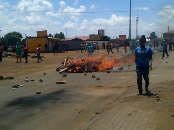 #Bekkersdal protests | Running battles continue #sabcnews. Photo: Chriselda Lewis @Chriseldalewis
