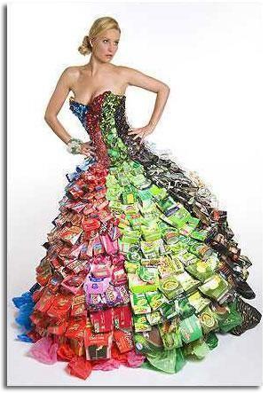 Vestido realizado con envoltorios.