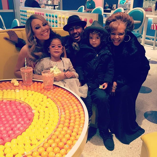 Pin for Later: Nick Cannon and Mariah Carey Reunite For Christmas Time With the Kids