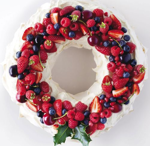 Edible Christmas  Pavlova Wreath. #Christmas #meringues #desserts