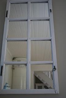 Jolins Home: Spegel/gammalt fönster på plats!