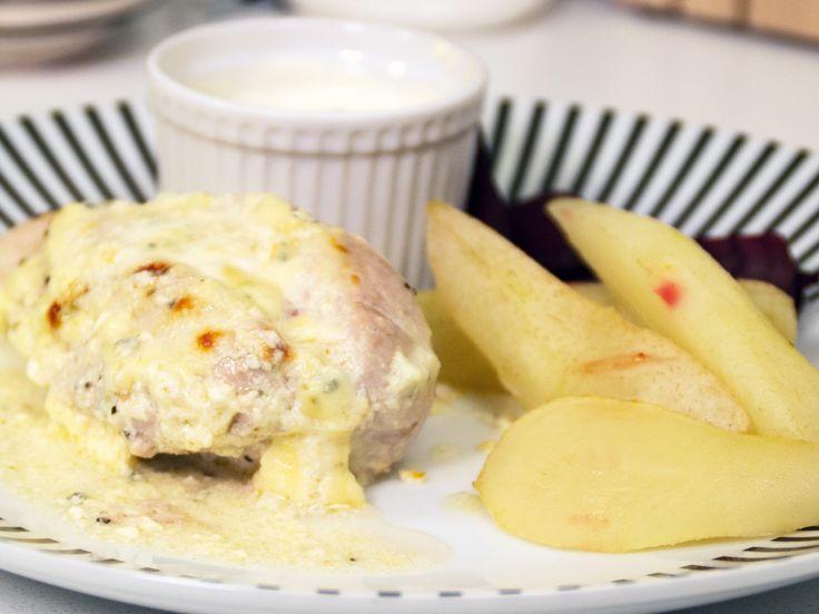 Ädelostbakad kyckling med ugnsstekta päron och rödbetor | Recept från Köket.se