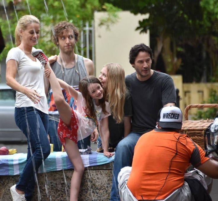 """Por: Denise As primeiras imagens do set de filmagem de """"Replicas"""" em Porto Rico, já estão circulando por aí. E a principal novidade vem de Keanu que cortou os cabelos e a barba para o f…"""