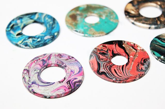 marbalized washers using nail polish as necklace pendants. So pretty!
