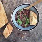 Bonen stoofpotje met groene bladgroenten. Dit gerecht is heerlijk verwarmend en houdt het midden tussen soep en een stoofgerechtje.