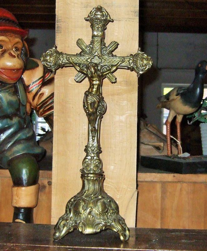 Staand oud koperen kruisbeeld Heel mooi bewerkt koper. Crucifix is 47 cm. hoog Vraagprijs 39,-