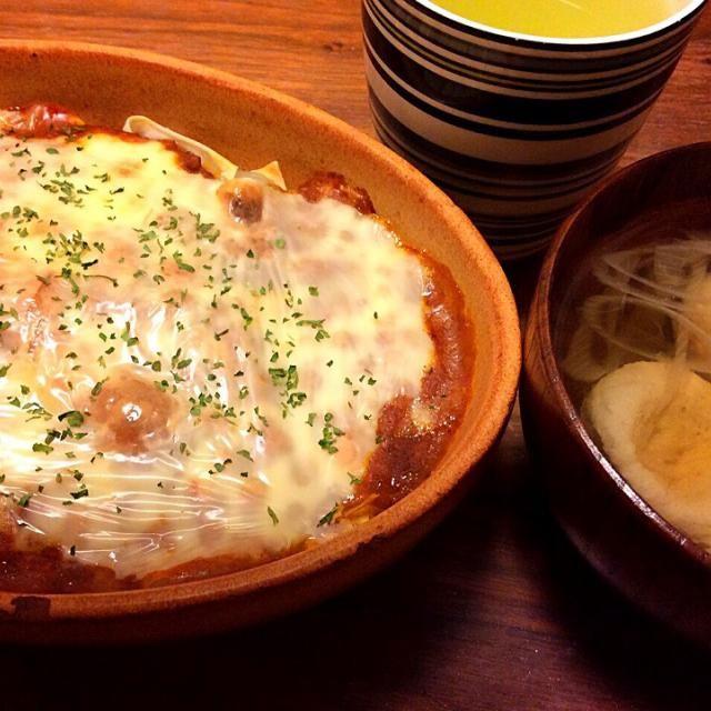 今日の夕飯(^^;; ワンタンの皮を熱湯にくぐらせて薄切りジャガイモをレンジでチンして重ね、S&Bなっとくのミートドリアソース、とろけるチーズをのっけてオーブントースターで焼いただけ〜 おでんで使ったつみれで簡単お吸い物! - 48件のもぐもぐ - ワンタンの皮で簡単なんちゃってラザニア、つみれのお吸い物 2015.2.18 by kirahime