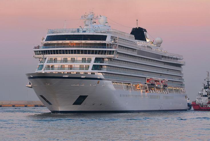 Το Viking Star καταπλέει σούρουπο στον Πειραιά. 30/03/2016.