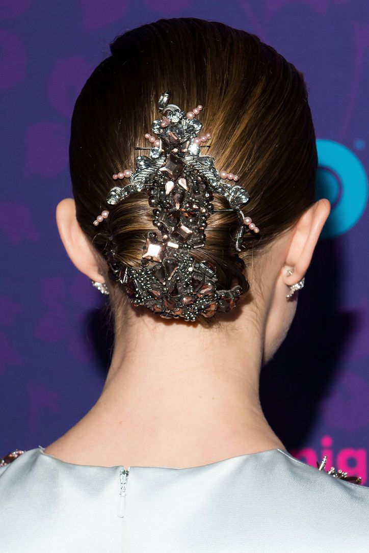 Allison Williams' amazing hair accessory at the Girls premiere
