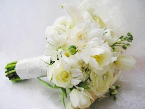 Bouquets de Rosas e Tulipas Brancas com Cristais.