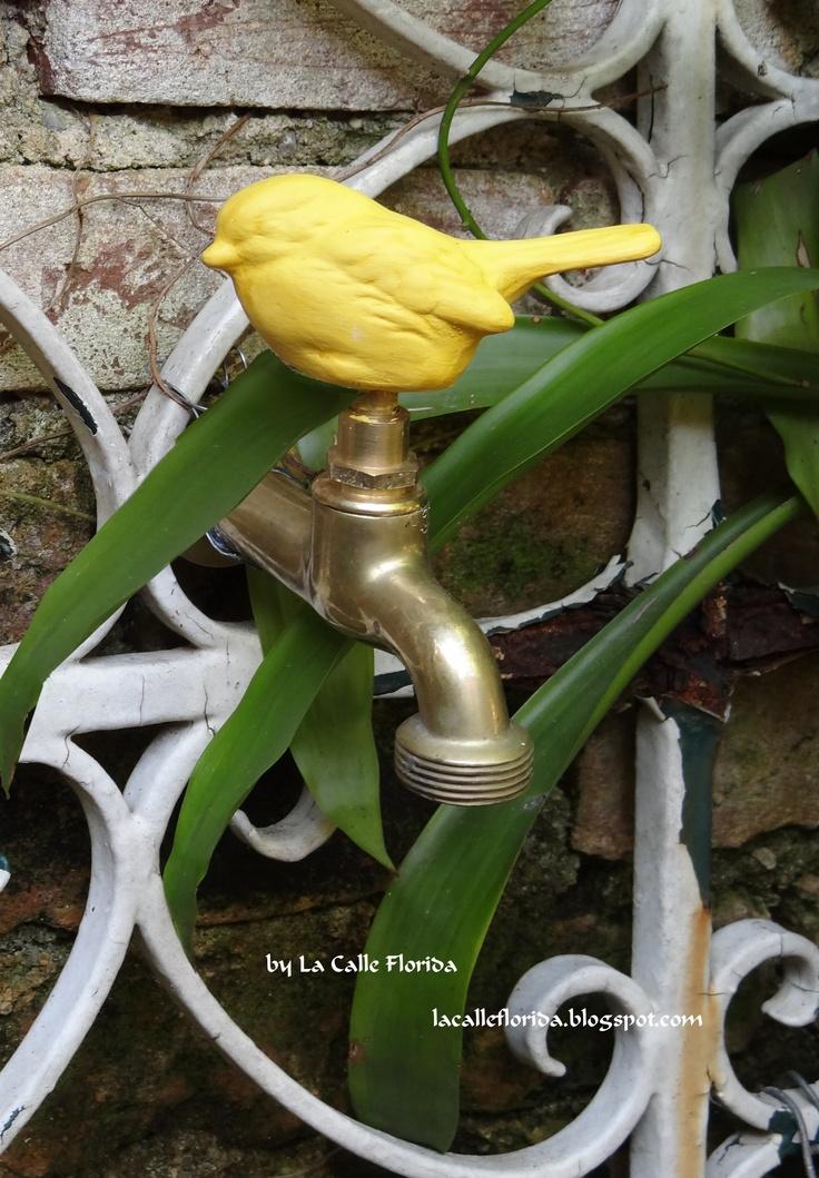 torneira de jardim em metal rustico com aplique passarinho amarelo