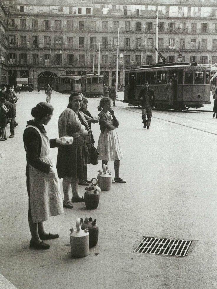 Mujeres con botijos ofrecen agua en la plaza Mayor de Madrid.1952.