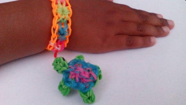 Starburst armband met schildpad als hangertje. Gemaakt door een KG Loomparty fan :)