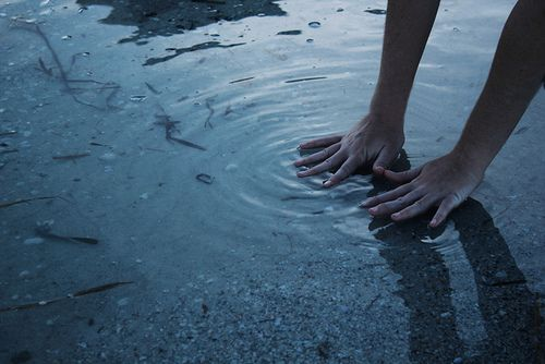 Immagine di water, hands, and grunge