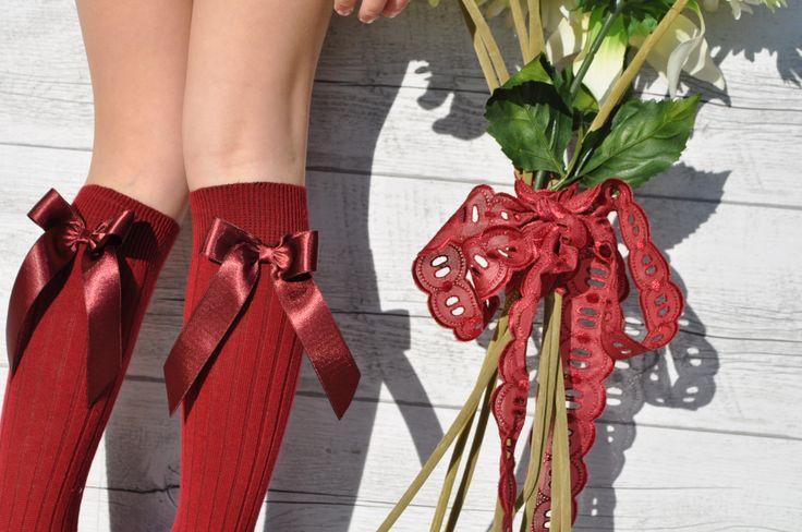 Calcetines color burdeos con lazos