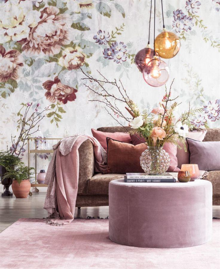 Romantisk och lyxig stil! Blommiga tapeter, möbler och inredningsaccesoarer i sammet och siden skapar rätt känsla. Dekorera med gröna växter, kvistar och snittblommor.