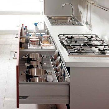 隠す収納をする場合、コンロの近くには鍋やフライパン、シンクの近くには掃除グッズという風に、必要なモノを必要な場所の近くに片付けると出し入れがスムーズ!
