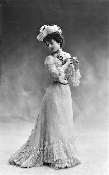 Mlle Jeanne. Modèle de la Maison Laferrière, 1901. Nadar.