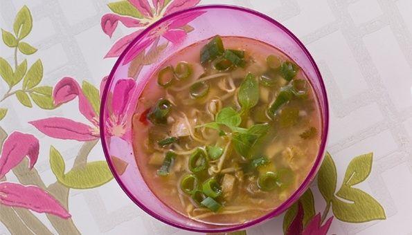 Soto Ajam. Een Indonesische, kruidige soep met tauge, ui, rijst en twee sterren Beter Leven Kemper kip. Met limoenblad en sereh #food #foodservice #henribv #drunen