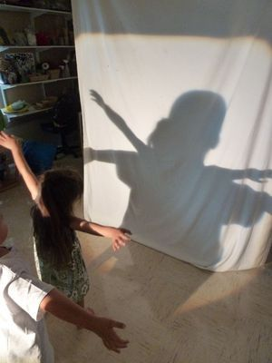In the studio the children experiment with the light, its position, the placement of their hands and their bodies. Using this space as a venue to discover aspects of their shadows builds their base of understanding ≈≈ For more inspiring pins: http://pinterest.com/kinderooacademy/light-shadow-play/