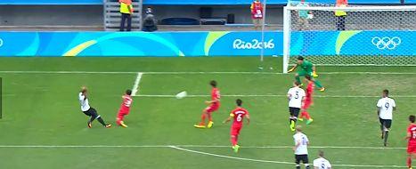Serge Gnabry (l.) trifft zum 1:1 gegen Südkorea