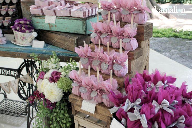 www.kamalion.com.mx - Mesa de Dulces / Candy Bar / Postres / Boda / Wedding / Palo de Rosa & Morado / Pale Pink & Purple / Vintage / Rustic Decor / Lecheros / Máquina de Coser / Puerta / Sewing machine.