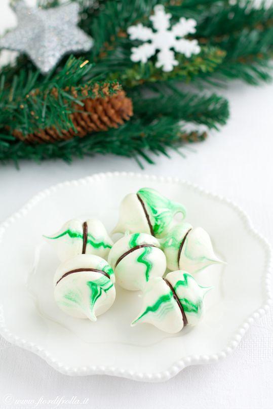 Baci di meringa alla menta e cioccolatoBaci di meringa alla menta e cioccolato  Ingredienti per circa 30 pezzi: per le meringhe: 100 g di zucchero semolato extrafine (tipo zefiro) 100 g di zucchero a velo 4 albumi colorante alimentare verde 1 pizzico cremor tartaro  per il ripieno: 200 g di cioccolato fondente alla menta