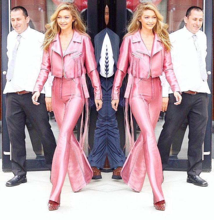 O dia em que a sua Barbie ganhou vida!  Gigi Hadid no seu tom de rosa certeiro puxado para o quente e no contraste como o dela. Uma escolha tão linda e impactante que nos faz acreditar no sobrenatural!  Ela tem curtido uma monocromia né? Eu adoro! #GigiHadid #AnaliseCromatica #Magia via @fashionismo