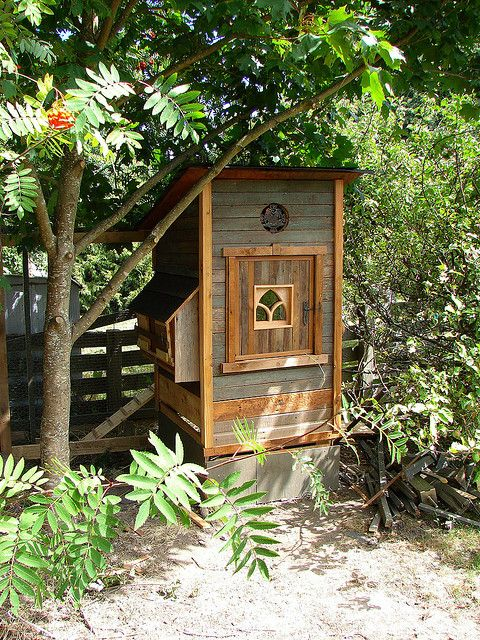 Love how this coop is integrated into the surrounding landscape.Modern Gardens, Gardens Design Ideas, Design Handbags, Backyards Chicken Coops, Chickencoop, Chicken Gardens, Gardens Rose, Chicken House, Hens