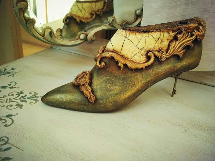 Wooden shoe moulds stamperia crackle effect decor paint soft by Markella Lekaki. Silia's Hobby Decoupage and Fantasy.