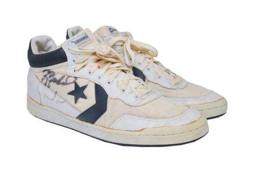 """1984年に開催された夏季オリンピック・ロサンゼルス大会で、「Michael Jordan」が着用していた〈Converse〉のハイトップシューズが、アメリカのオークションサイト『Grey Flannel Auctions』に出品される。Jordanの幼少期から、1999年の引退までを収録したドキュメンタリー""""His Airness""""にも登場するこのサイン入りバスケットボールシューズ。オークションは、2015年6月5日(金)から$50,000 USD(約620万円)でスタートする。先月はじめには、Jordanのルーキーイヤーに「ロザンゼルス・レイカーズ」でボールボーイを務めていた「Khalid Ali」が、〈Nike〉のサイン入りバスケットシューズを$71,000 USD(約850万円)で落札しており、今回も想像を上回る入札が見込まれている。オークションページには、シューズの詳細も記載されているので、気になる方はこちらをチェックしてみてはいかがだろうか。"""