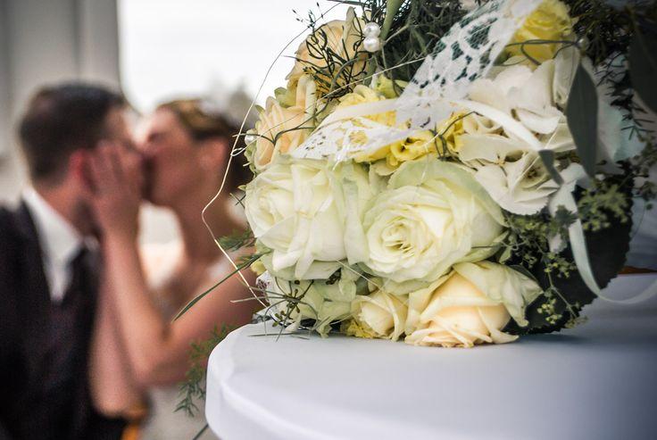 Heiraten im Stil der 20er Jahre… Das klingt nach etwas Besonderem und einem kreativen Brautpaar. Ich habe noch nie eine Motto-Hochzeit erlebt und war daher gleich Feuer und Flamme als Frauke und Oli mich fragten, ob ich ihren großen Tag fotografisch festhalten könnte. Ich war gespannt darauf, wie die Beiden als Brautpaar dieses Thema im Styling umsetzen und ob auch die Gäste voll mitziehen würden. Und ich kann nur sagen: meine Erwartung wurde nicht enttäuscht :-)
