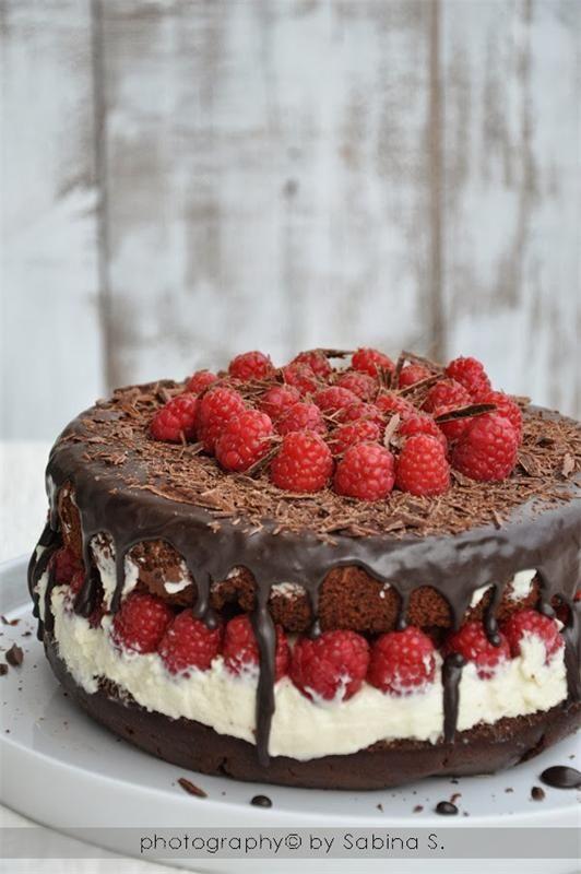 Шоколадный торт с малиной и кремом маскарпоне.