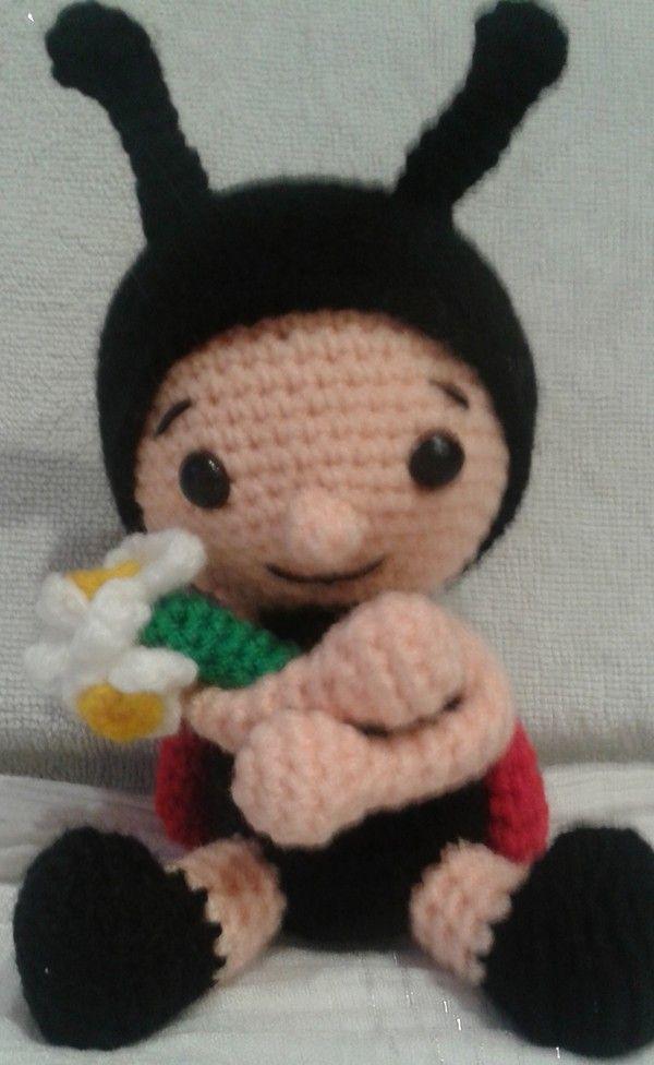 Häkle Dir jetzt einen wunderbaren Marienkäfer mit einer Blume im Arm. Gr. ca 15cm. Der kleine Marienkäfer möchte wirklich gern von Dir gehäkelt werden.