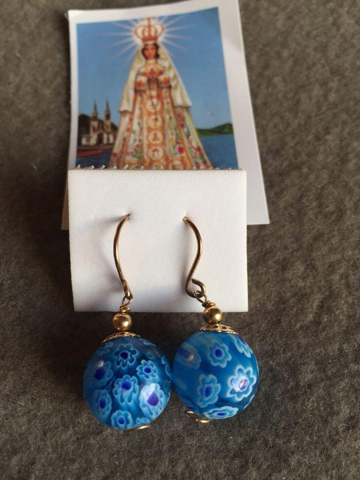 Aros de piedra azul floreada  con hilo de oro lamido.  Hecho por artesanos de la Isla de Margarita - Venezuela  Disponible para la venta