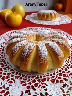 AranyTepsi: Almás napsugár kalácskák - Hozzávalók 8 nagyobb kalácshoz: Tésztához: 50 dkg liszt 2,5 dkg élesztő 2,5 dl tej 3 ek cukor 1 tasak vaníliás cukor 1 egész tojás 5 dkg margarin 1 ek méz 0,5 kk só Töltelékhez: 6 nagyobb alma 1 tasak vaníliás cukor 2 ek cukor 1 púpos tk fahéj 3 púpos ek darált törökmogyoró (ez lehet dió vagy búzadara is) Tetejére: 1 tojás sárgája 1 tk tej