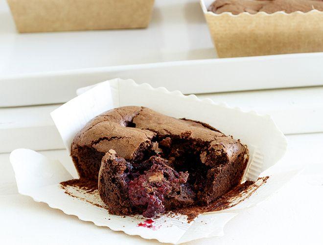 Mini cake σοκολάτας με φρούτα του δάσους