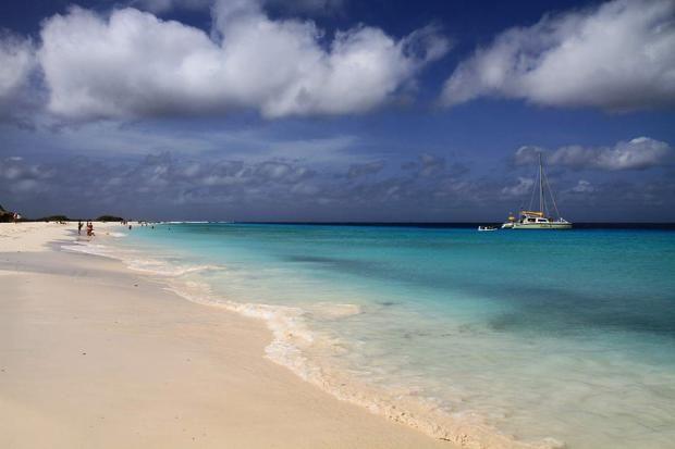 """Flitterwochen auf Curaçao: Curaçao ist mehr als das """"Holland der Karibik"""". Mit einem Völkermix aus über 60 Nationen ist die Insel 150 Jahre nach dem Ende der Sklaverei ein Schmelztiegel der Kulturen.Siegehört zu den sechs Inseln der Niederländischen Antillen. Dazu gehören neben den ABC-Inseln Aruba, Bonaire undCuraçao auch die sogenanntenSSS-InselnSt. Eustatius, St. Maarten und Saba."""