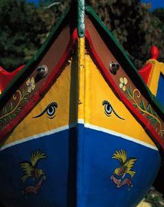 Les ophthalmoi placés en proue symbolisent des yeux divins qui protégent contre le mauvais œil. La croyance que le bateau est un être vivant qui a besoin de voir son chemin. Dans Les Suppliantes, Eschyle : « J'aperçois le navire ; il est facile à distinguer et je reconnais fort bien l'arrangement de ses voiles, ses bastingages et la proue qui, de ses yeux, regarde la route devant elle. » Sur les sarcophages égyptiens, des yeux peints pour laisser le défunt voir l'extérieur.