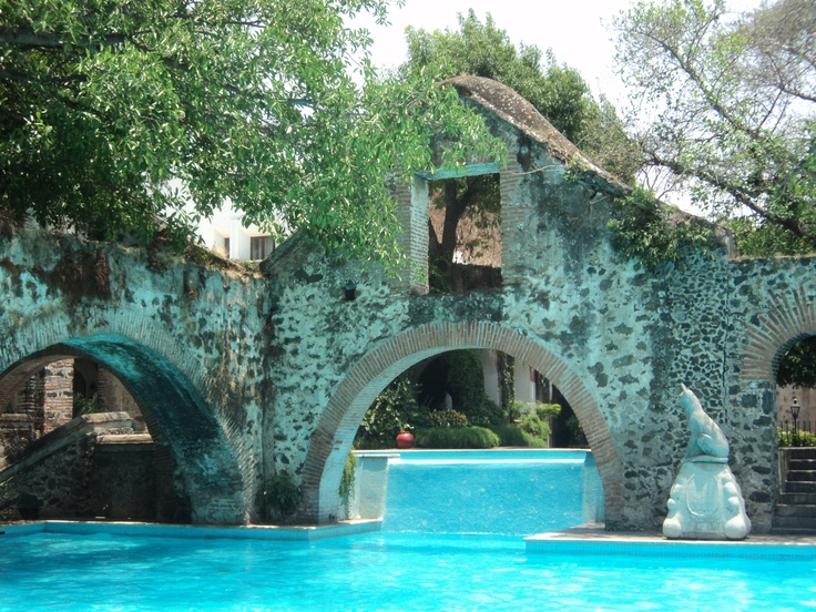 "BBC Boracay says: "" The wall is divider and gives a great dramatic effect to this pool ..."" (Hacienda de Cocoyoc  Morelos, México)"