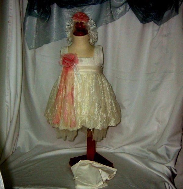 Φόρεμα βάπτισης για κορίτσια με δαντέλα και τούλι σε στυλ μπαλού,στο κεφάλι υπάρχει κορδέλα με την ίδια δαντέλα και εκρού μπολερό.Το φόρεμα σχεδίασε ο Makis Tselios δίνοντας επίσημο στυλ στην εμφάνιση της κόρης σας. 279,00 €