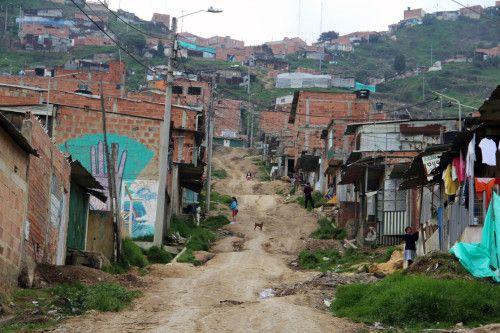 Soacha alberga a más de 45.000 colombianos desplazados internos. La Iglesia Episcopal del Divino ha proporcionado vivienda a quien busque seguridad. La violencia obliga a las personas que viven en zonas rurales a buscar seguridad en las ciudades. Han estado viviendo en casas construidas en laderas sujetas a deslizamientos de tierra. La vivienda no es sólo pequeña y no es ideal las familias viven en el temor de que sus hijos sean reclutados por grupos armados y organizaciones criminales.