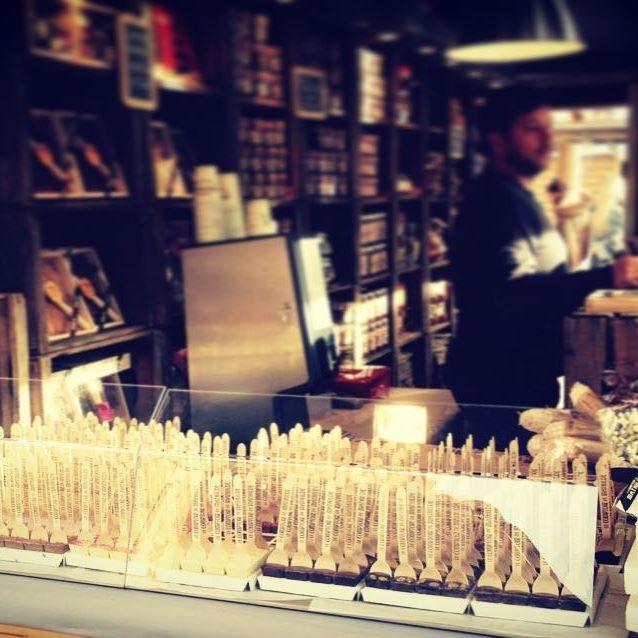 Venez vous réchauffer avec nos délicieux chocolats chauds à préparer soi-même ! Le Comptoir de Mathilde vous accueille tout au long du Marché de Noël place Victor Hugo ☕️ #chocolatchaud #chocolatchaudmaison #hotchocolate #marchédenoël #grenoble #victorhugo #lecomptoirdemathilde #gourmandise #hiver #noel