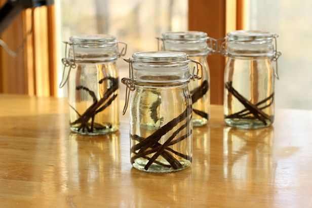 How to Make Homemade Vanilla Extract for Holiday Recipes and Gifts >> http://blog.diynetwork.com/maderemade/how-to/how-to-make-homemade-vanilla-extract?soc=pinterest: Kitchens, Holiday Gift, Food Gift, Holiday Recipe, Gift Ideas, Diy Gift, Mason Jars, Homemade Vanilla Extract, Diy Network