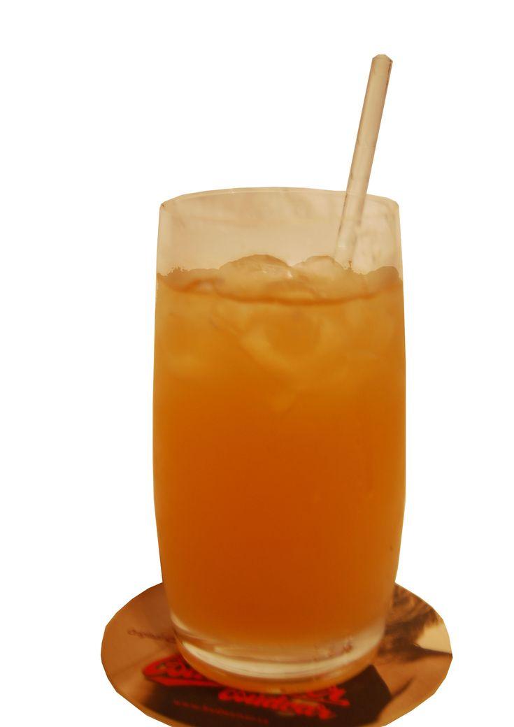 Amaretto Paradise:  Ingredientes   1 parte de amaretto   1 parte de ron con sabor a coco   1 parte de licor de melón   Jugo de Piña   Preparacion    Preparar todo en su orden, en el vaso respectivo (hurricane glass), con el hielo a gusto, no olvidar de siempre echar el hielo.