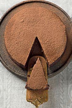 Torta cremosa chocolate: Ingred. 9 ovos; 300 g de manteiga + 1 colher (sopa) para untar; 300 g de açúcar; 300 g de chocolate em pó. Modo de fazer 1 Bata a manteiga com o açúcar com o gancho da batedeira, até ficar fofa e aerada e atingir o ponto de pomada. 2 Acrescente os ovos e o chocolate e continue batendo até esbranquiçar. 3 Coloque ¼ da massa para assar numa fôrma untada com manteiga, a 180 °C, por 20 minutos. 4 Depois que esfriar, adicione o restante da massa e leve à geladeira até…