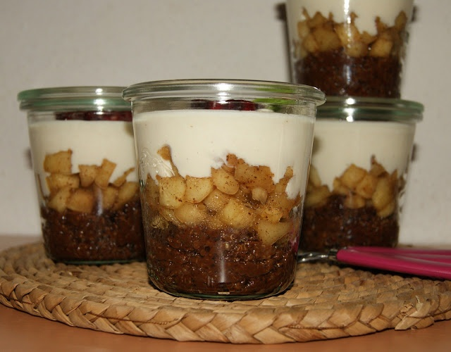 1/2 hrneček quinoi, 1 hrneček vody,80 g čokolády (dala sem 53%), 3 - 4 jablka, skořice, muškátový oříšek, vanilka, 1 PL hnědého cukru,500 g rotlinného jogurtu s vanilkovou příchutí