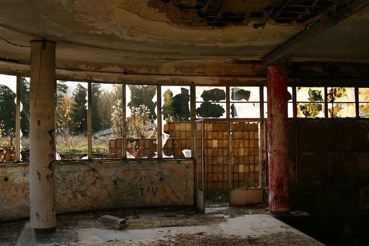 """IlPost - Tombeek, Belgio - Il sanatorio """"Joseph Lemaire"""" fu progettato da Maxime Brunfaut e inaugurato nel 1937 a Tombeek, in Belgio. Fu costruito per frenare la diffusione della tubercolosi che in quegli anni stava colpendo tutta l'Europa.  (Erf-goed.be)"""