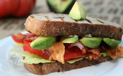 Σάντουιτς με αβοκάντο, ντομάτα και μπέικον