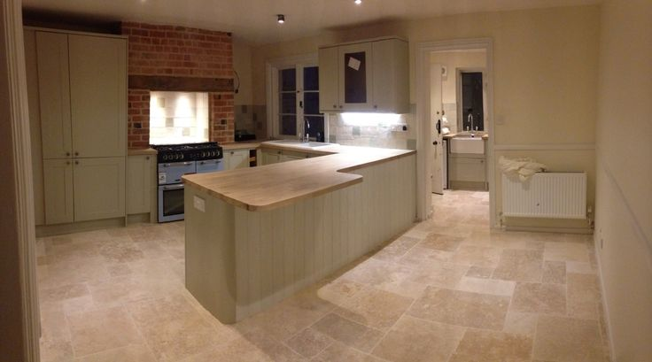 Can't help posting another pic of the howdens burford kitchen. Travertine floor tiles. I think I'm in love